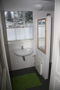 Badkamer met toilet, wastafel en inloopdouche
